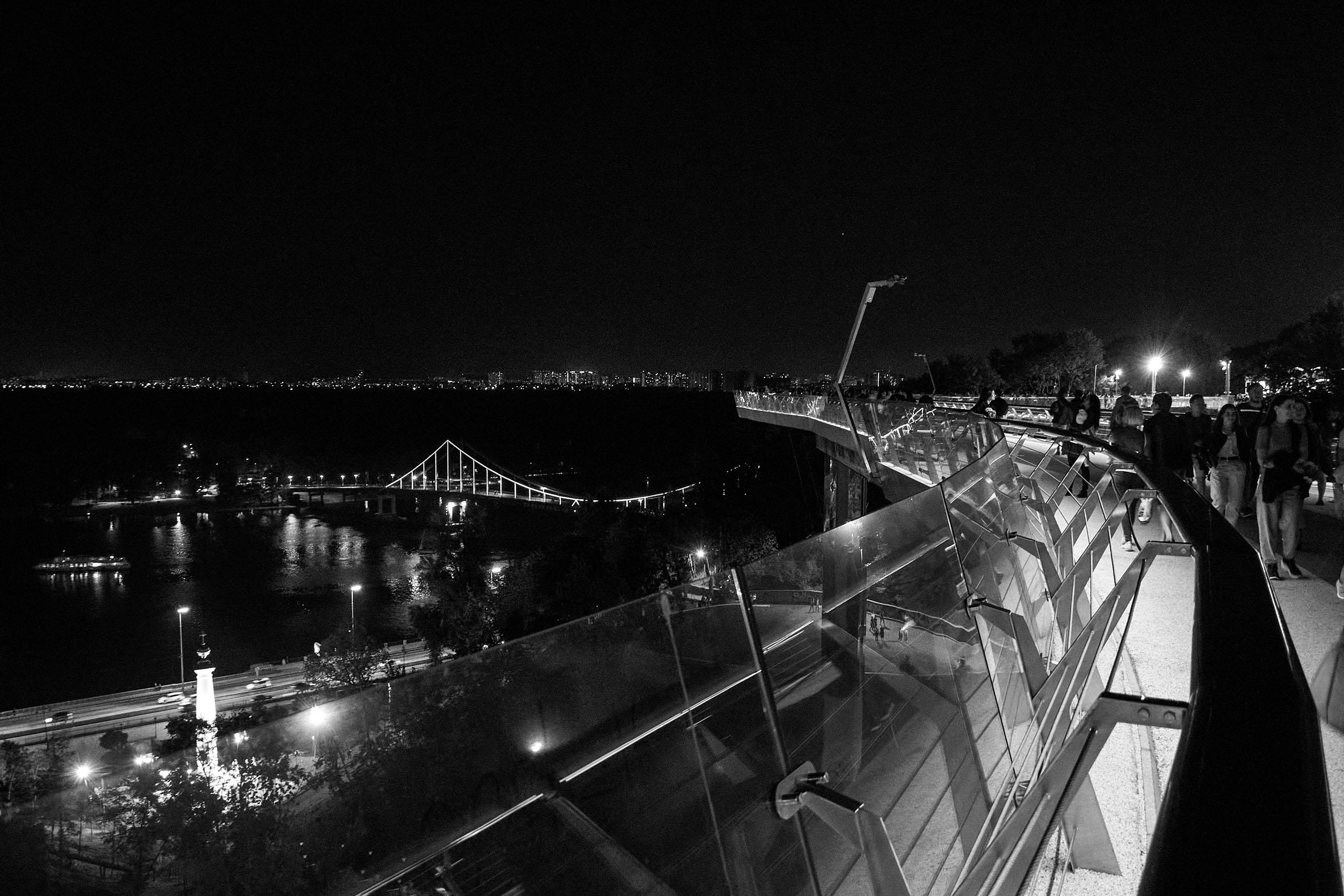 Фото велосипедно-пешеходного моста с видом на левый берег Киева
